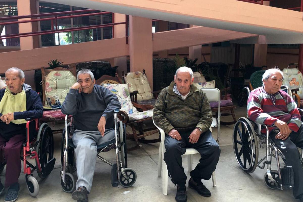 2 / 4 - Alumnos de Psicología visitan el Asilo de Cáritas Xalapa