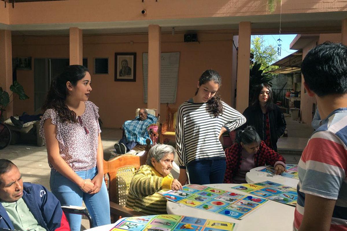 3 / 4 - Alumnos de Psicología visitan el Asilo de Cáritas Xalapa