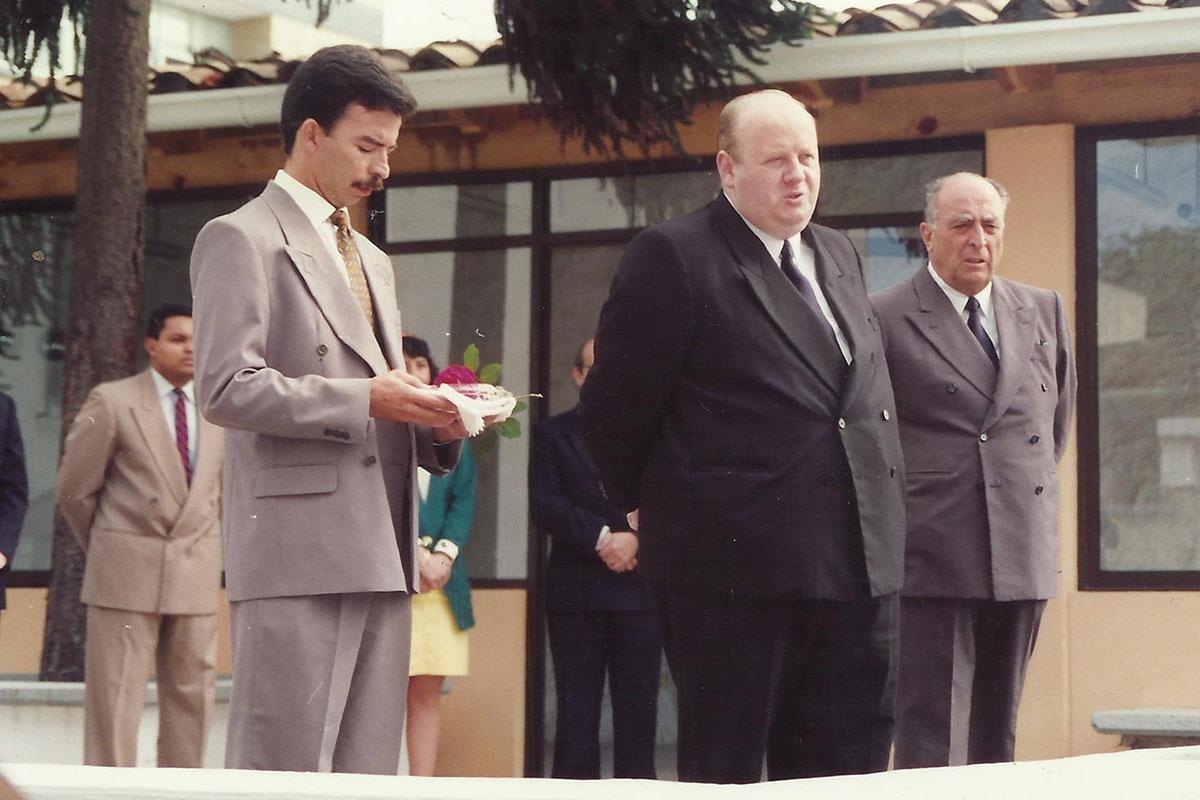 2 / 17 - - 1993, P. Raymund y P. Gregorio en el primer día de clases.