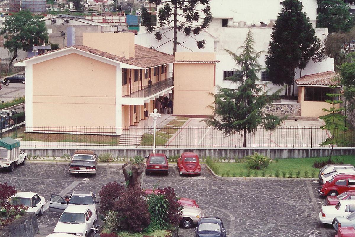 1 / 17 - - 1993, Primer edificio.