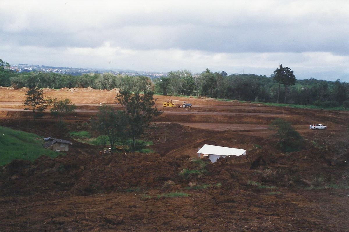 8 / 17 - - 1996, Movimientos de tierra para el nuevo Campus.