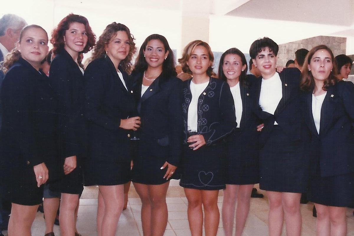 10 / 17 - - 1997, Egresa la primera generación de Administración.
