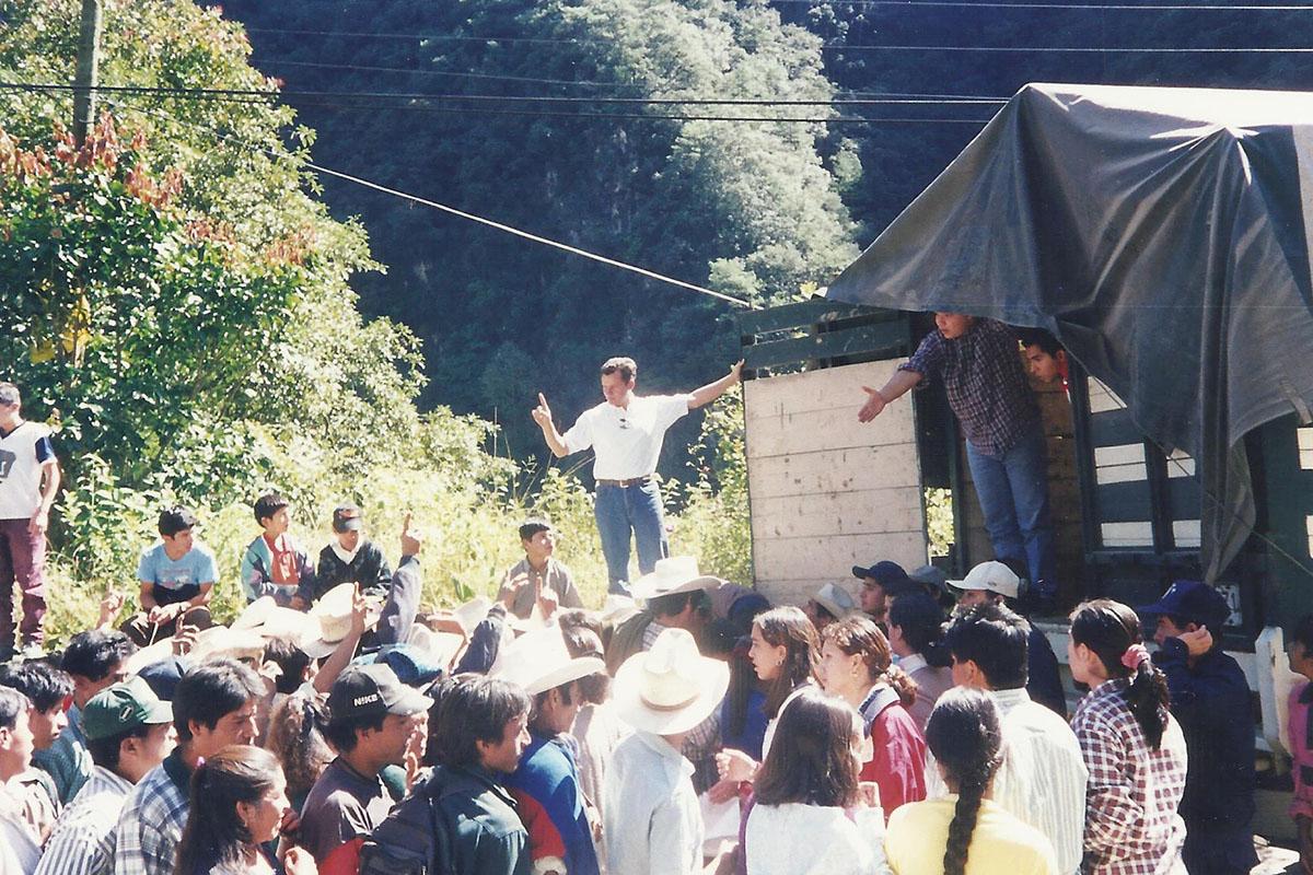 13 / 17 - - 1999, Comunidad Anáhuac entregando ayuda a Las Minas.