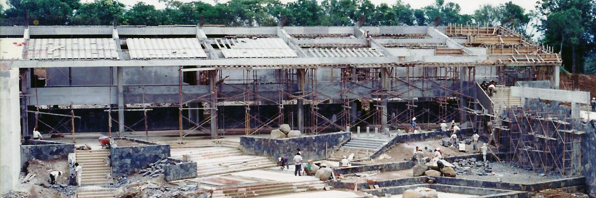 1996 / Primeros edificios del nuevo Campus.