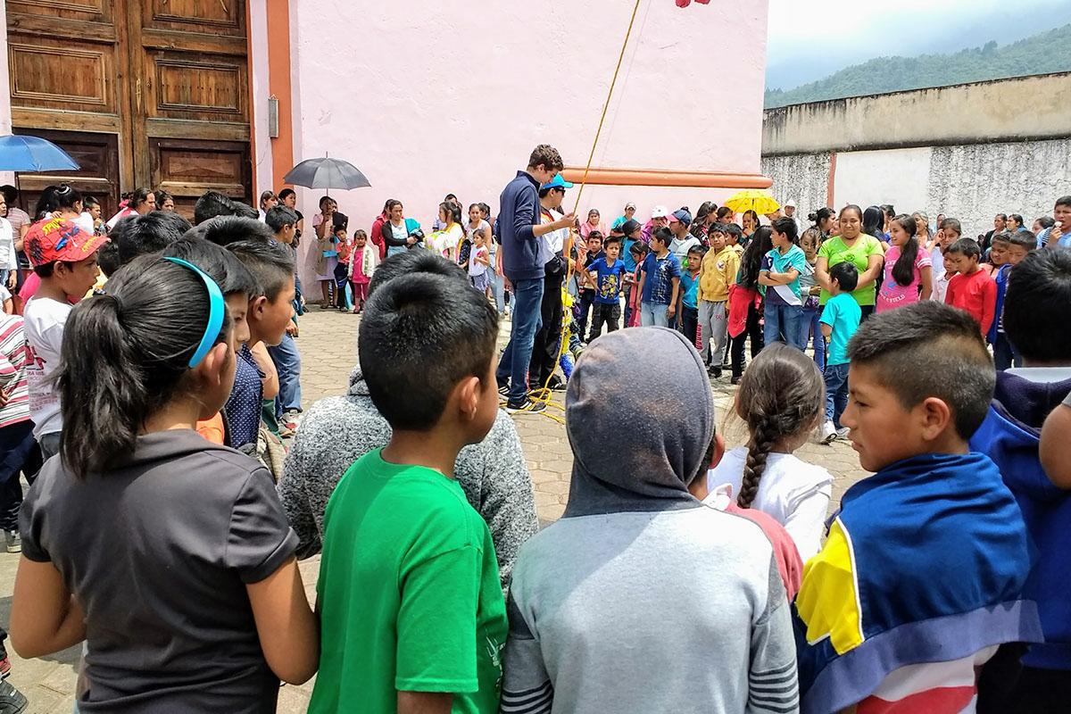 11 / 20 - Entrega de juguetes en la comunidad de Ayahualulco