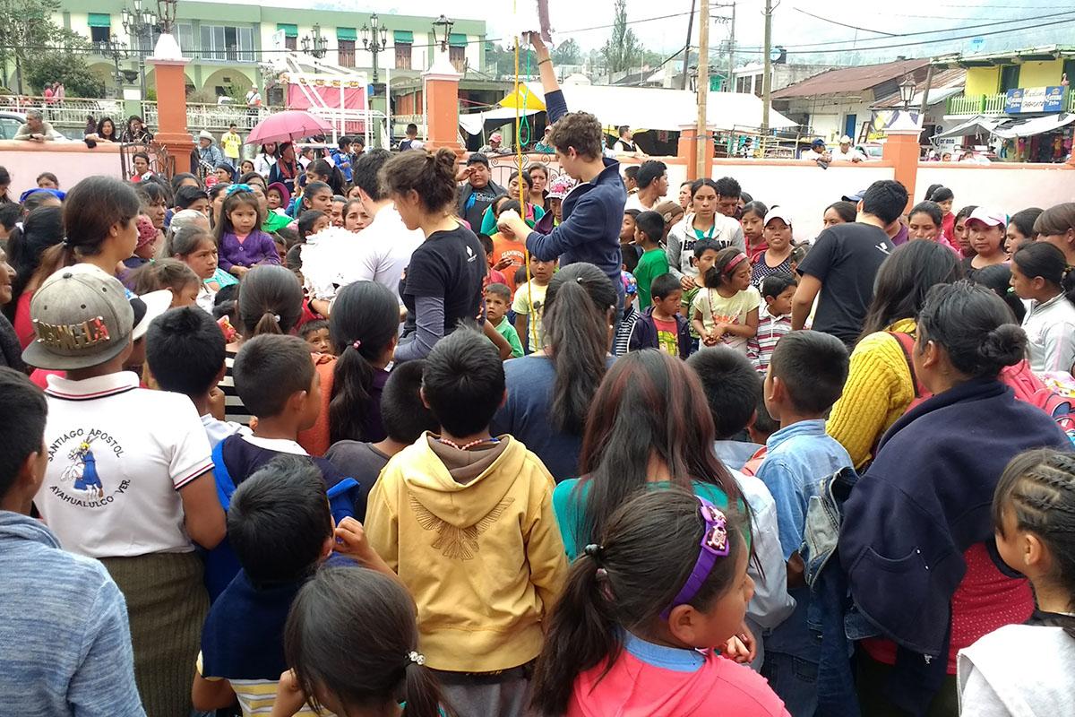 12 / 20 - Entrega de juguetes en la comunidad de Ayahualulco