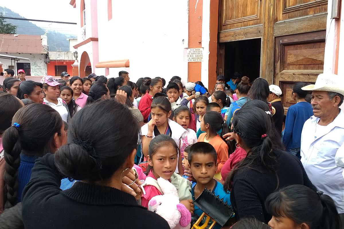 16 / 20 - Entrega de juguetes en la comunidad de Ayahualulco