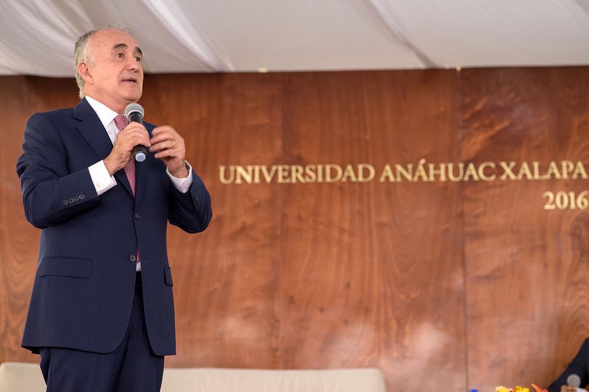 13 / 16 - Pedro Ferriz de Con imparte conferencia en la Anáhuac Xalapa