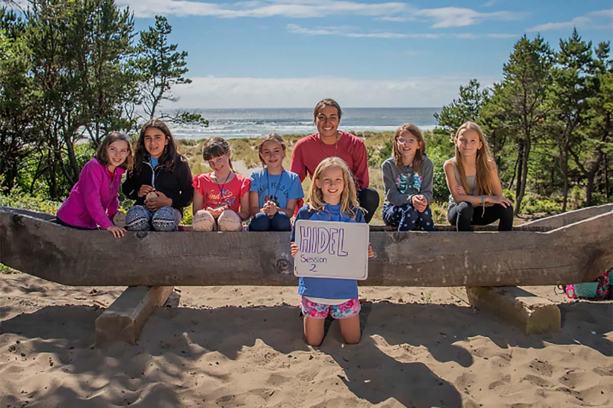 Ileana con niñas del Camp Westwind en Otis, Oregon.