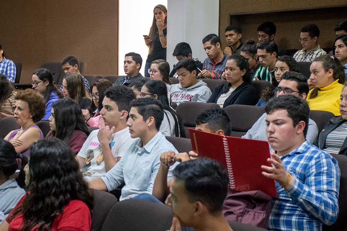 1 / 7 - Alumnos de nuevo ingreso de la Escuela de Economía y Negocios.