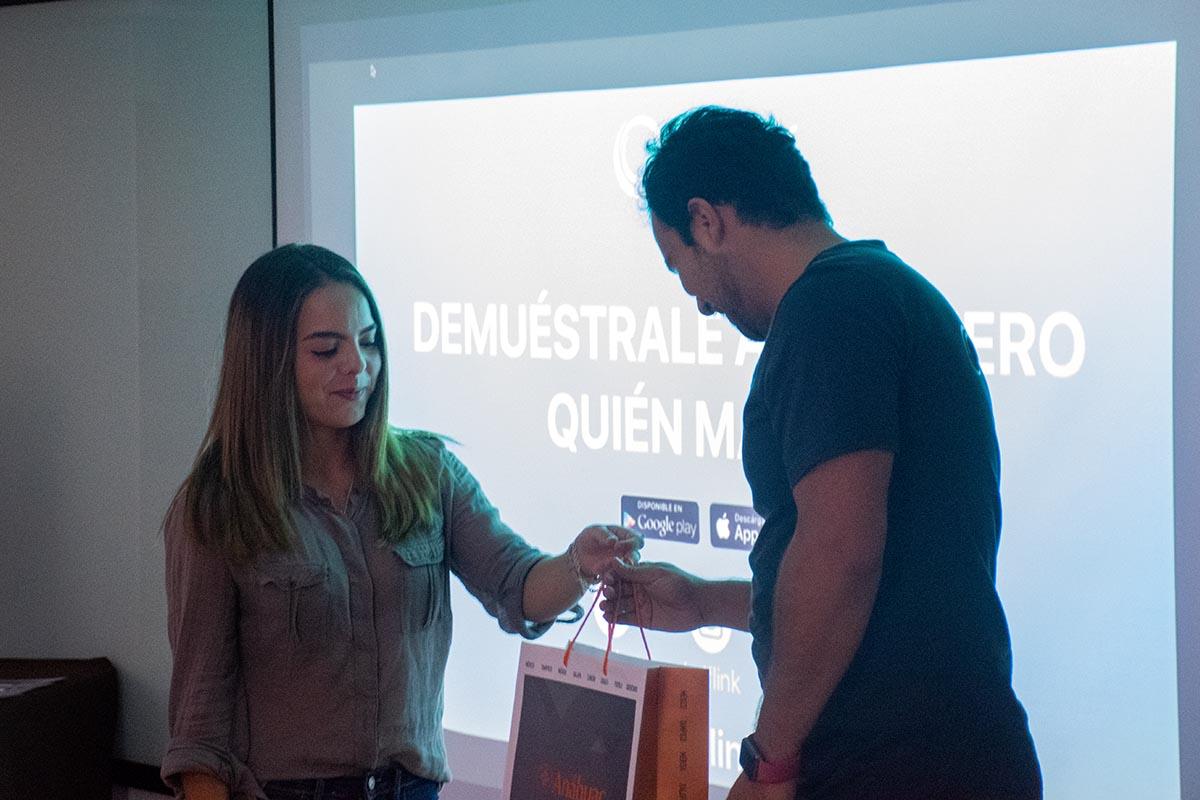 6 / 7 - Entrega de un presente Anáhuac a Sergio Jiménez Amozorrutia.