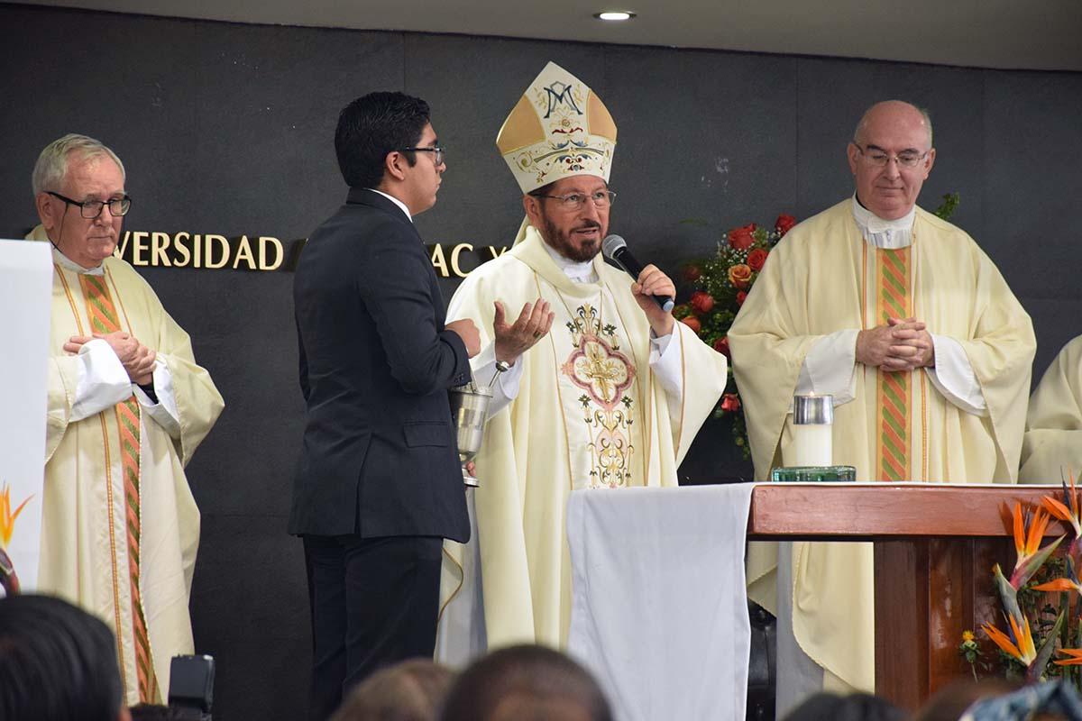 8 / 8 - El arzobispo de la Diócesis de Xalapa preside la ceremonia.