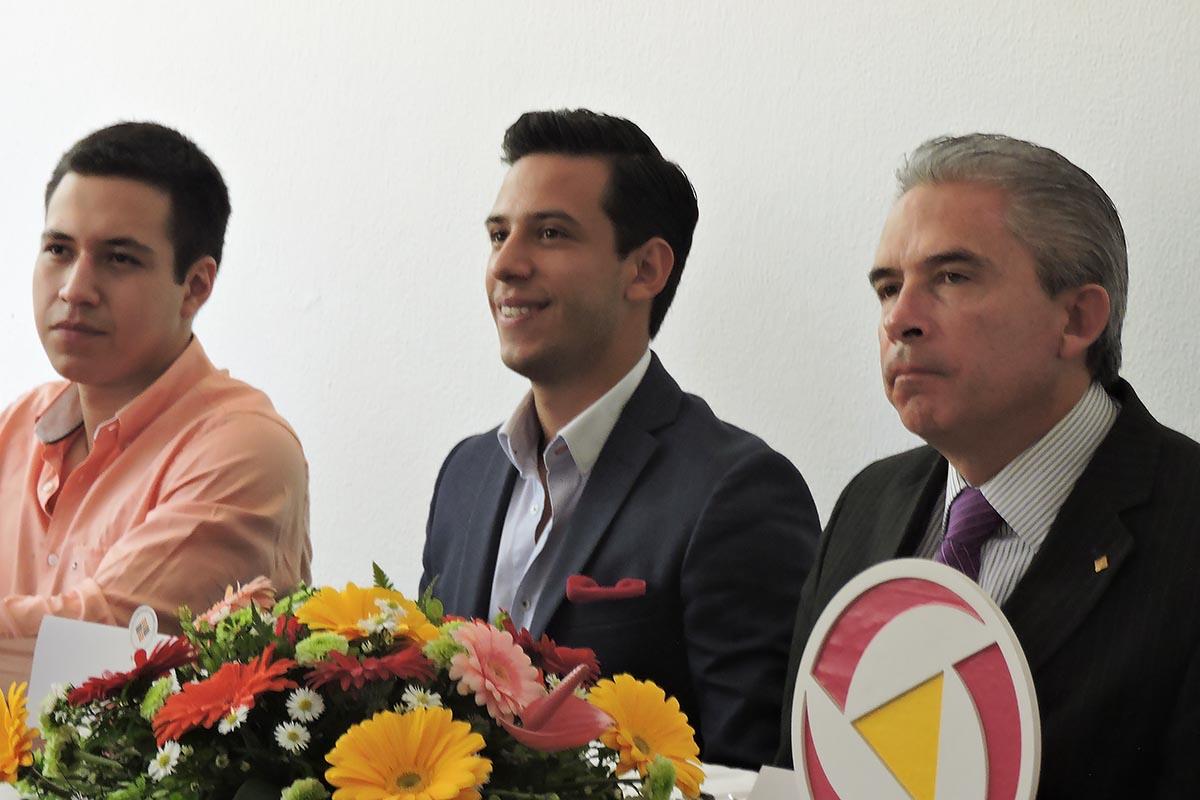 3 / 10 - Integrantes de Grupo Vértice acompañados del Dr. Luis Linares Romero.
