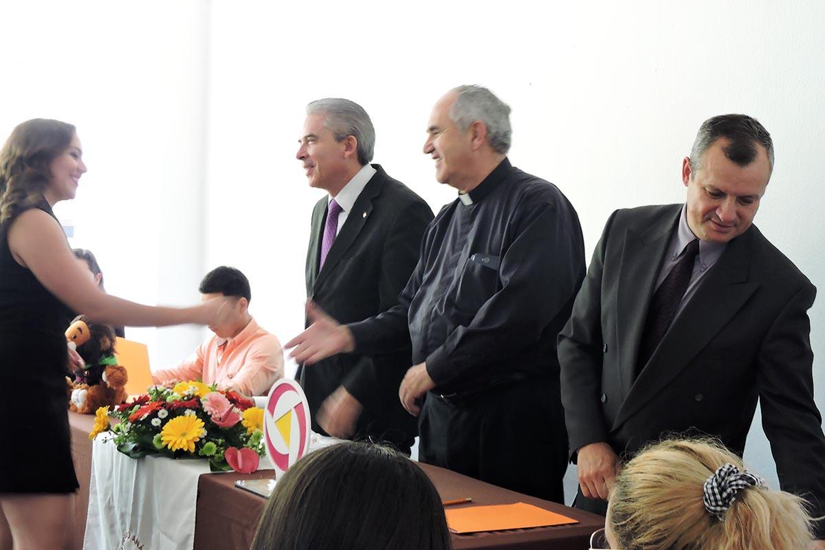 8 / 10 - Entrega de insignias Vértice a miembros más destacados.