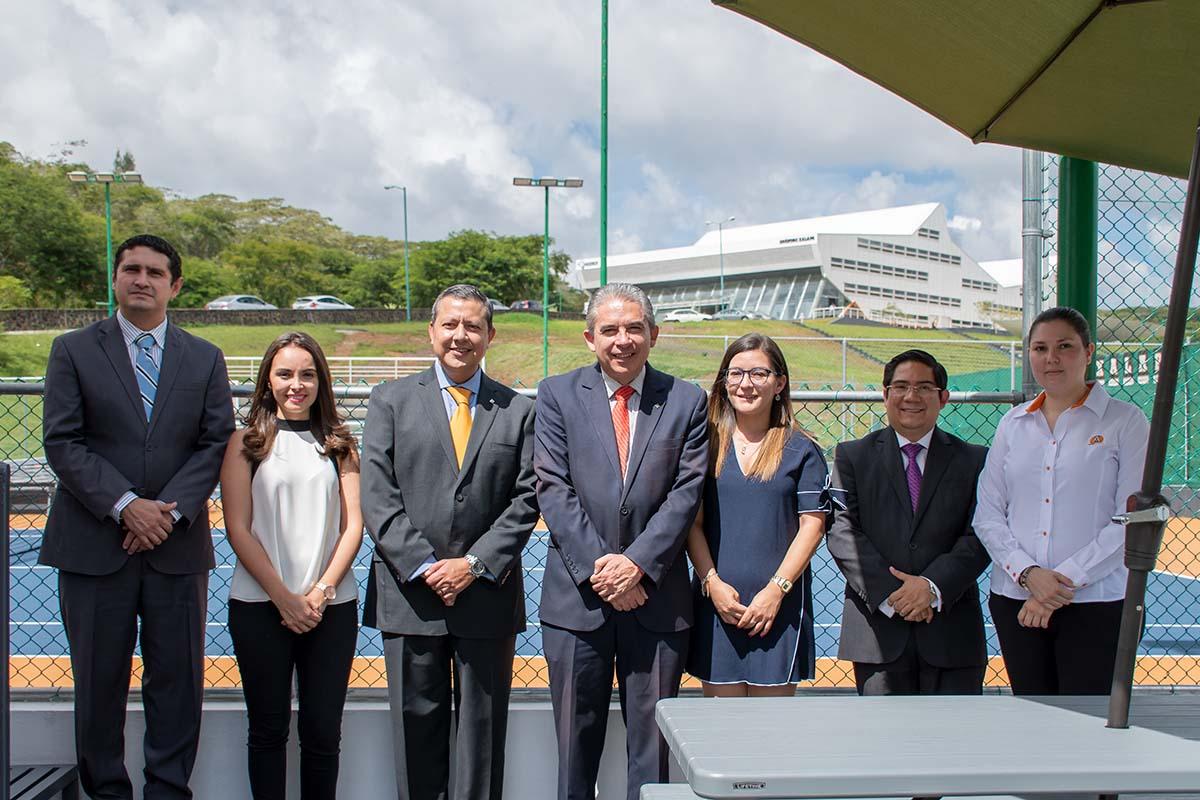 1 / 5 - Autoridades de la Universidad con el Mtro. José Luis Arenas Delgado.