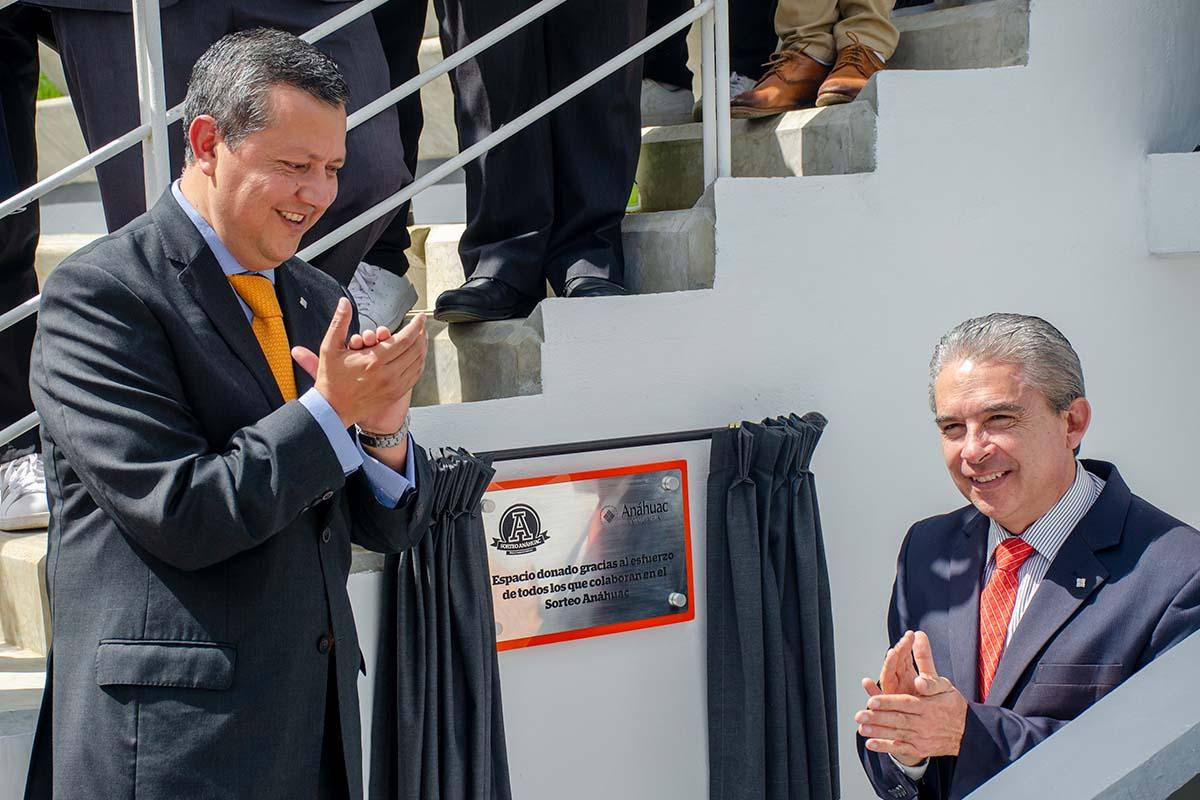 4 / 5 - Develación de la placa por el Mtro. José Luis Arenas Delgado y el Dr. Luis Linares Romero.