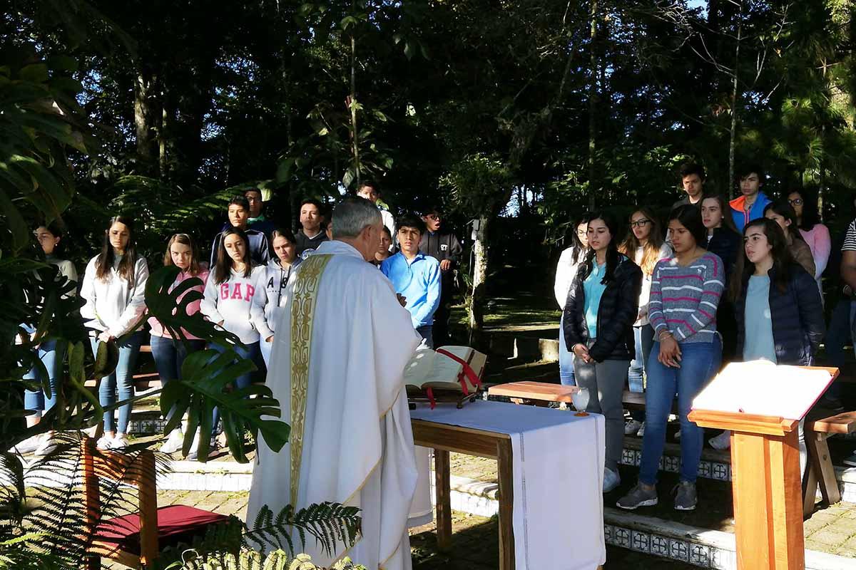 El P. Guillermo Romo L.C. en celebración eucarística con los alumnos de Prepa.