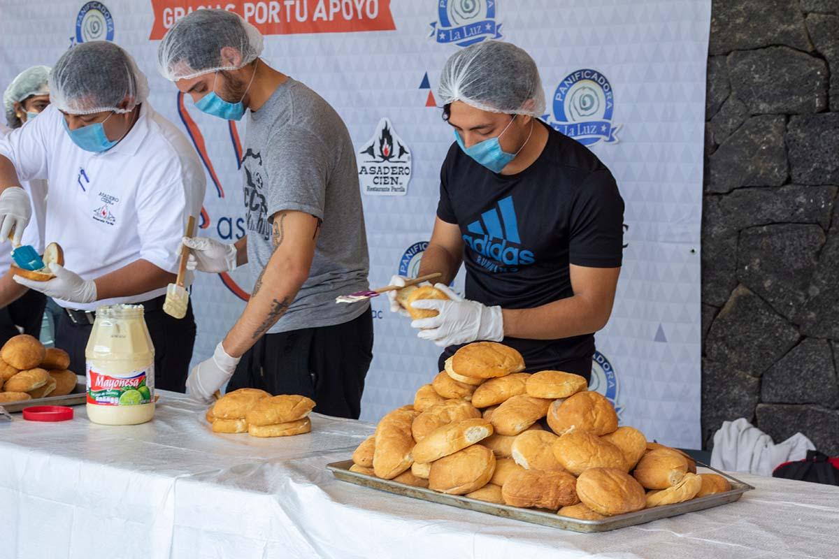 3 / 10 - Voluntarios en la preparación de las tortas.