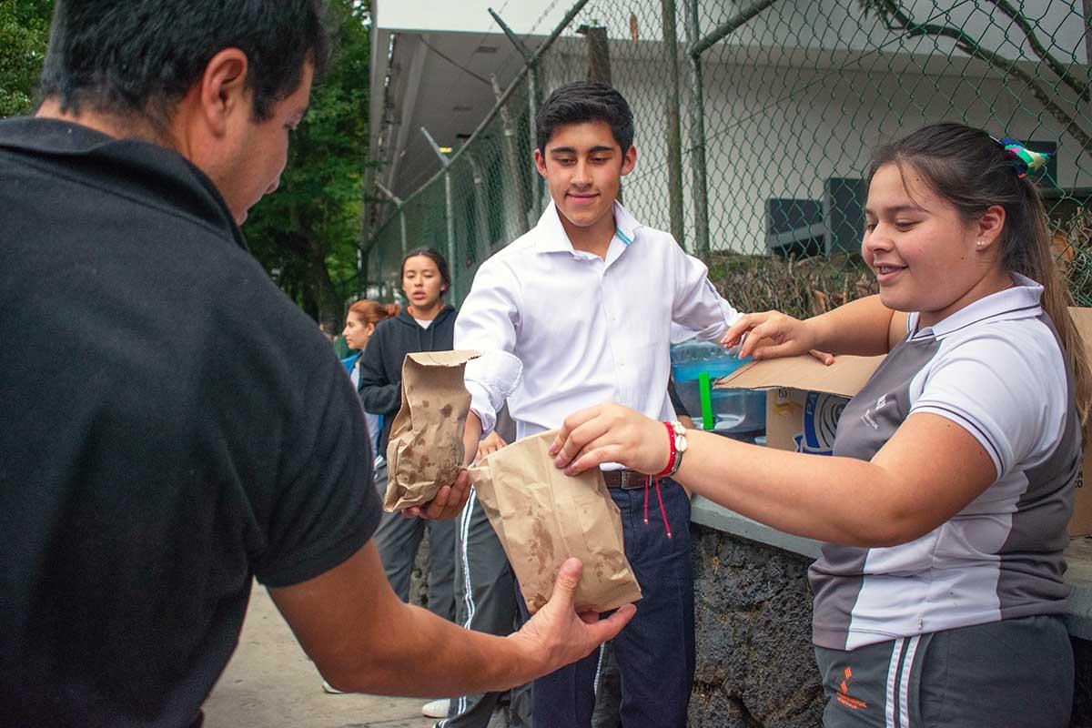 8 / 10 - Alumnos de Prepa Anáhuac entregan tortas y bebidas en diversos hospitales.
