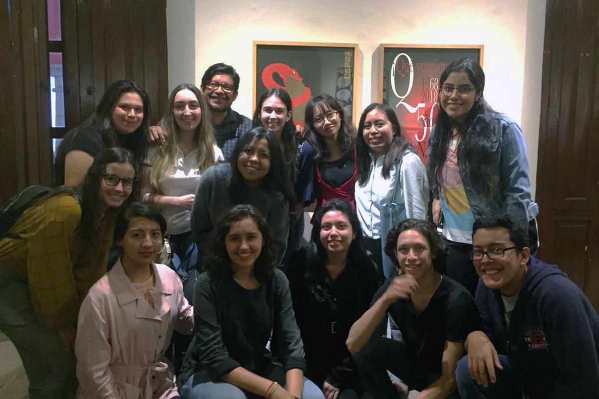 4 / 5 - Alumnos de la Escuela de Diseño Gráfico con el Mtro. César Benítez.