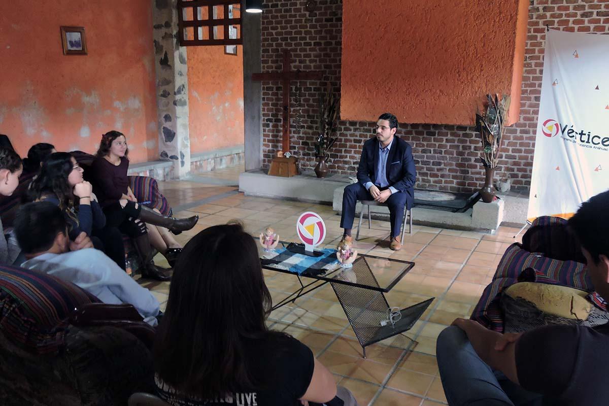 1 / 3 - Integrantes de Grupo Vértice con el Mtro. Luis De Ávila Campos.