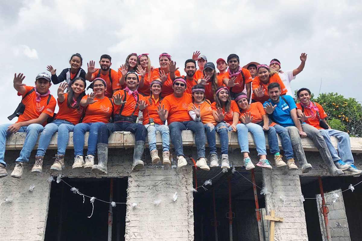 6 / 8 - Los voluntarios inundaron la comunidad de alegría y calor humano.