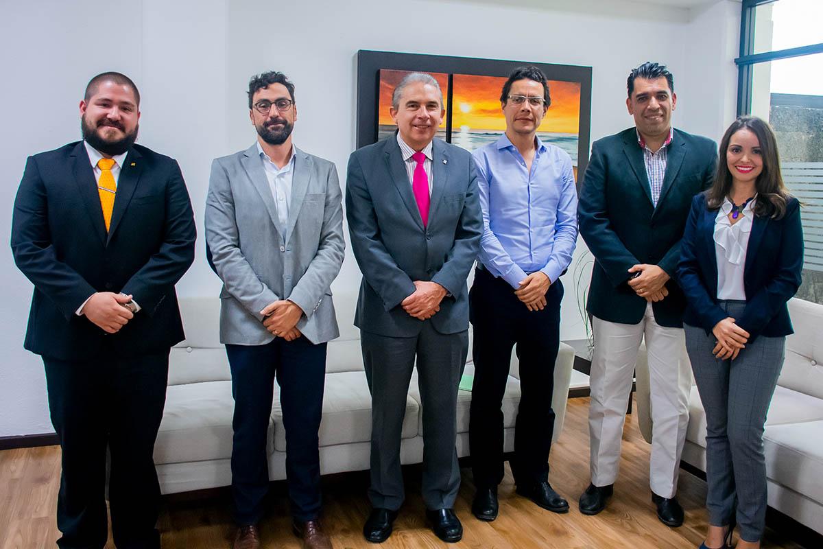 Autoridades de la universidad con los representantes de GRUMAX.