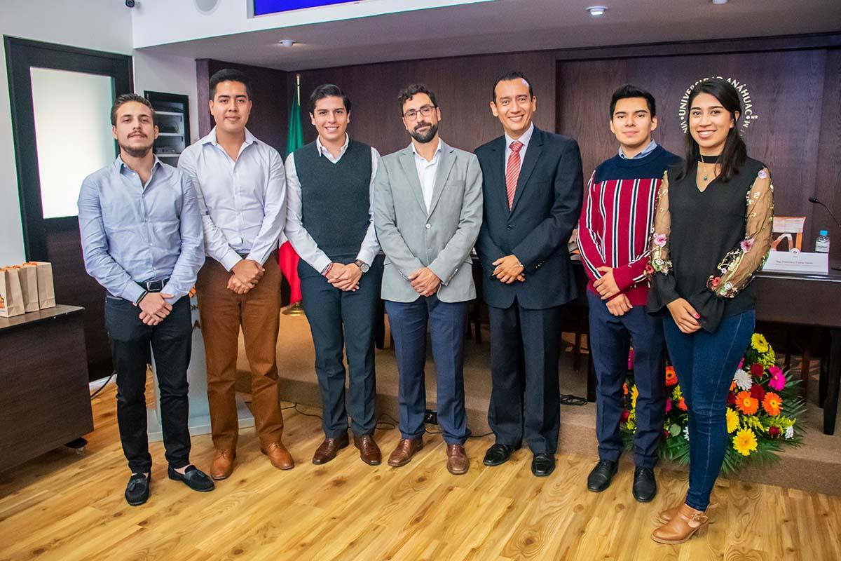 Alumnos de Ingeniería con el Mtro. Ignacio Silva y el Ing. Francisco Cuyas Tarno.