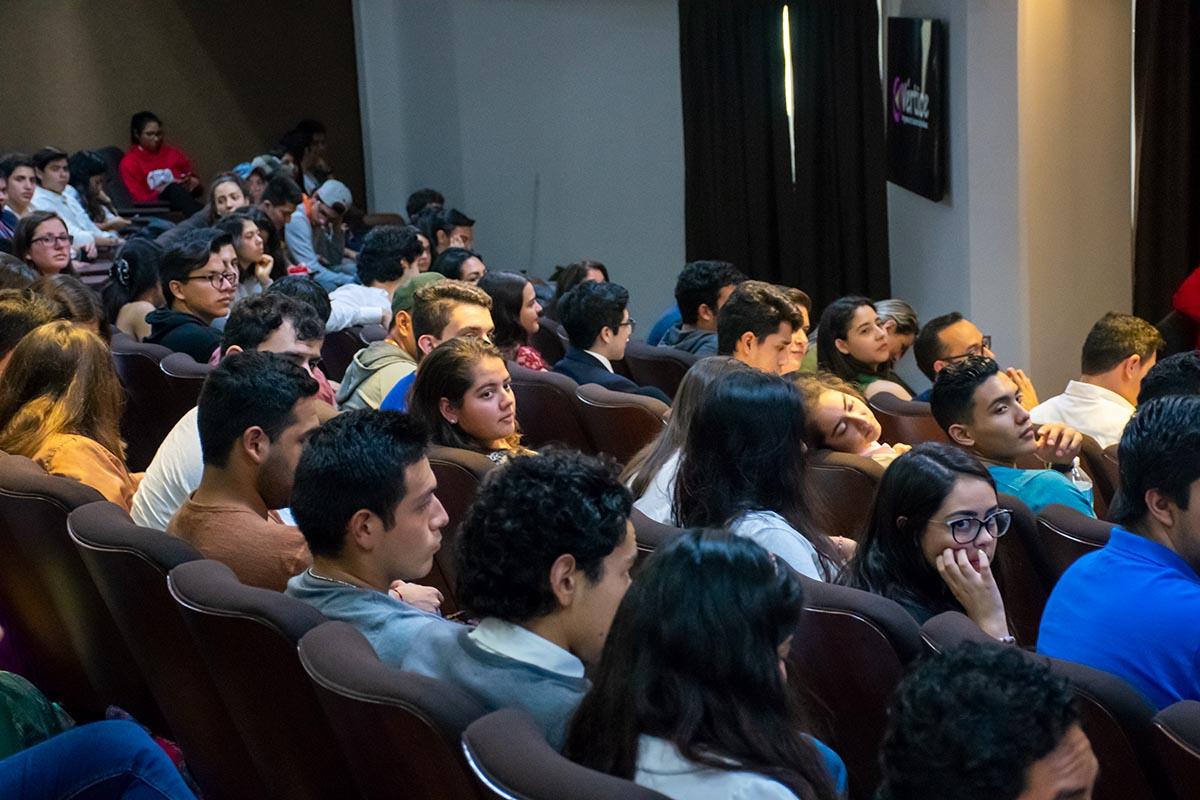2 / 4 - Más de 200 alumnos de diversas carreras presentes en la plática.