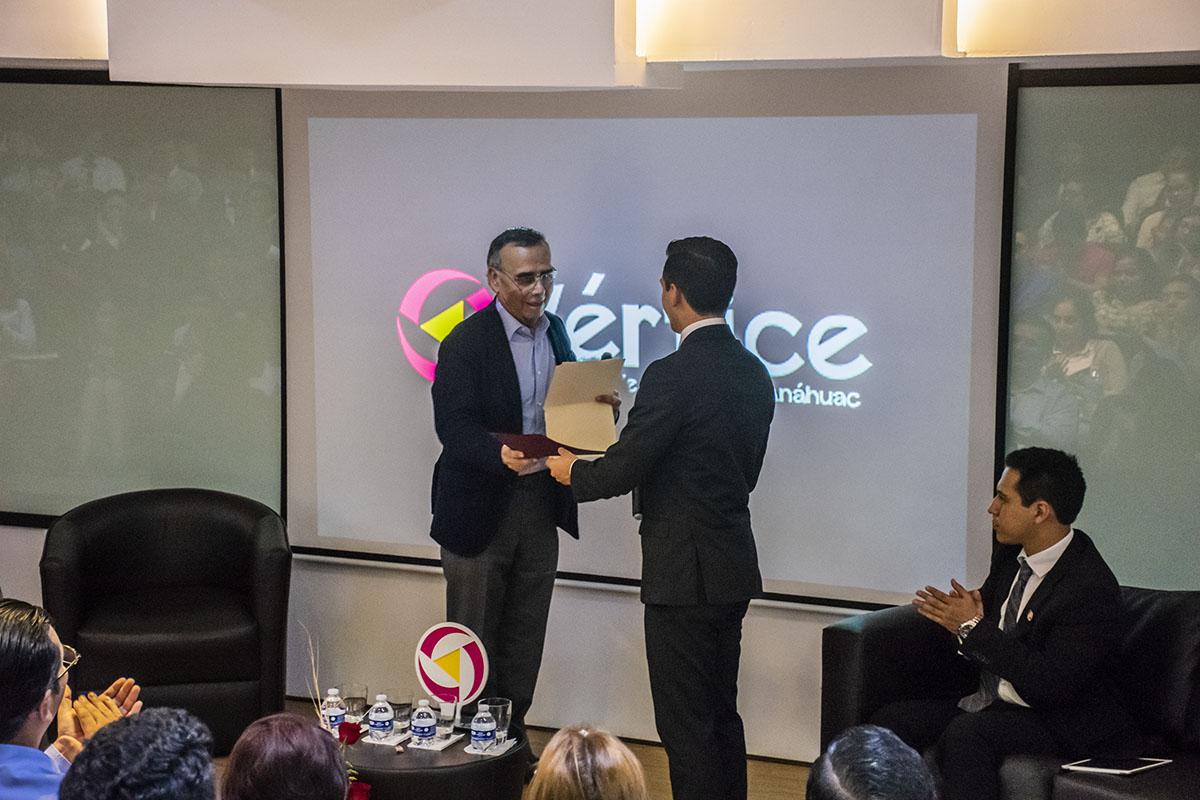 3 / 4 - Entrega de un reconocimiento al Dr. Alfredo Chedraui Obeso.