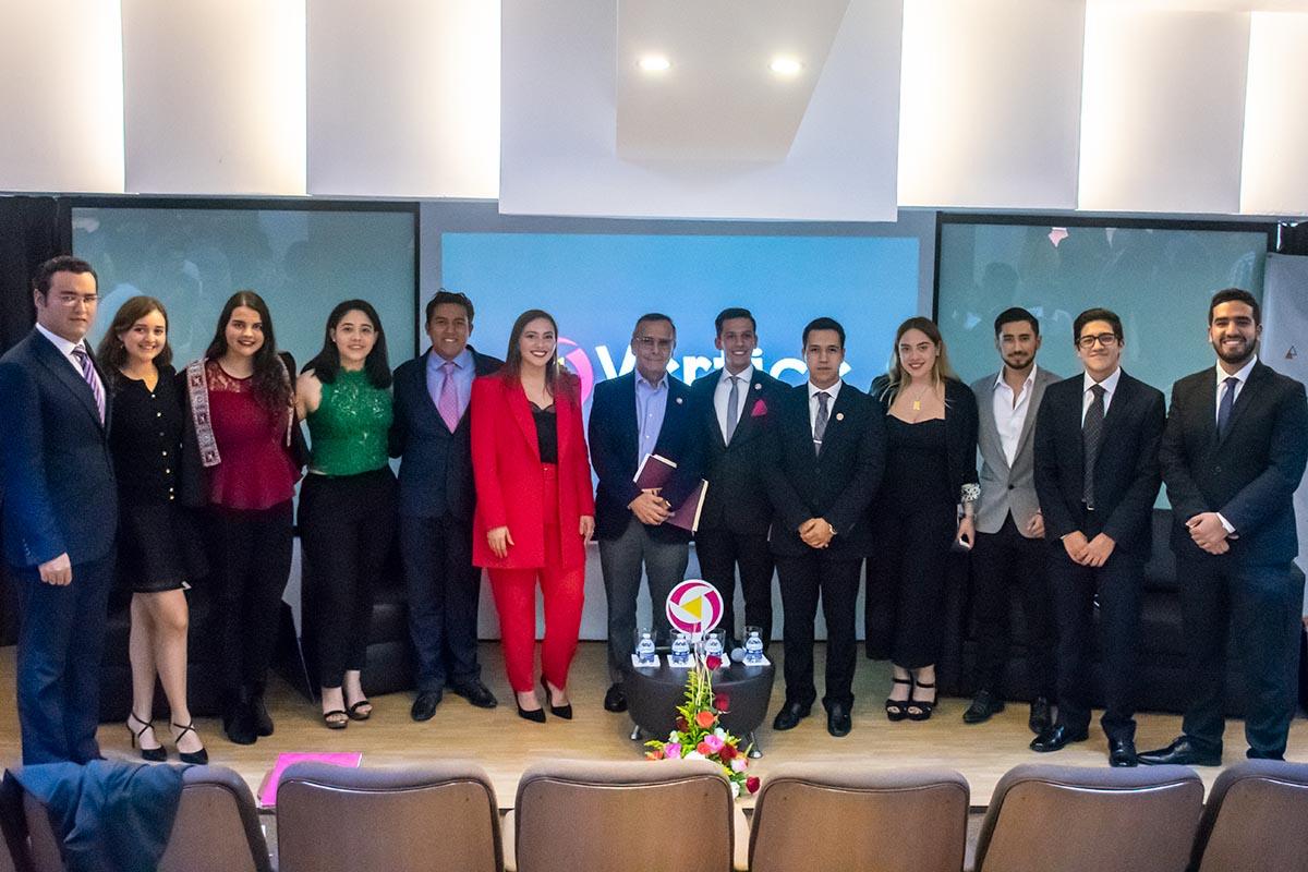 4 / 4 - Integrantes de Grupo Vértice con el Dr. Alfredo Chedraui Obeso.