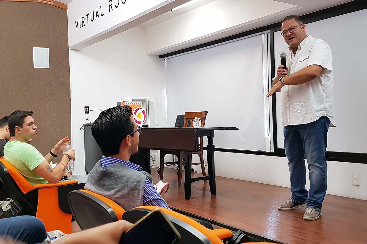 1 / 4 - José María Hernández Bonilla comparte su experiencia con asistentes.