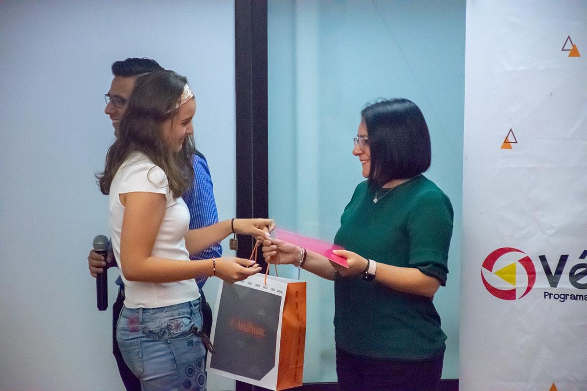 3 / 4 - Entrega de reconocimiento a la señora Bibiana Torio García.