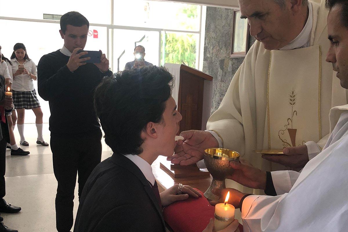 5 / 9 - Recibieron la Primera Comunión cinco alumnos de Bachillerato