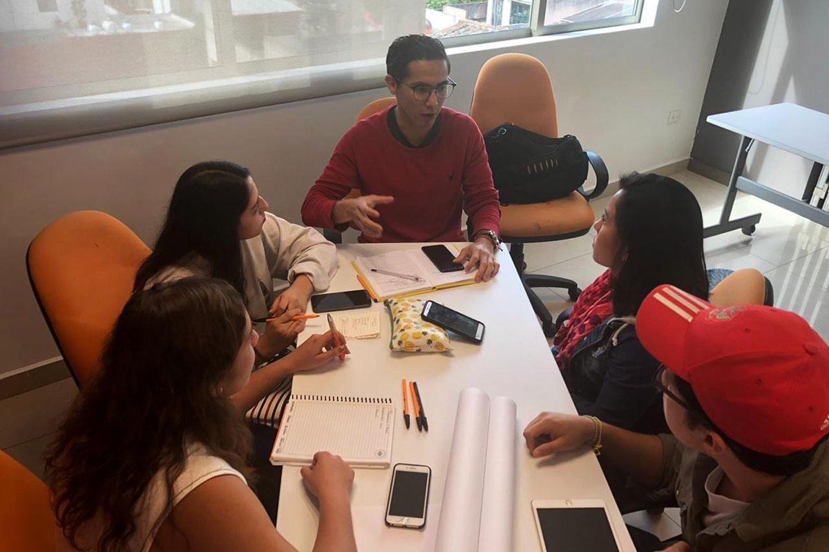 2 / 3 - Equipos multidisciplinarios participando en el hackathon.