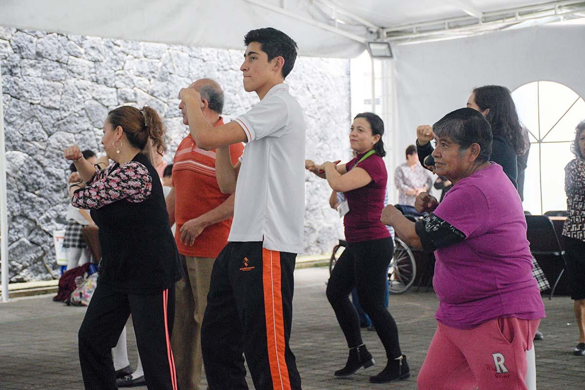 2 / 11 - El Taller de Danza impartió una clase de danzón.