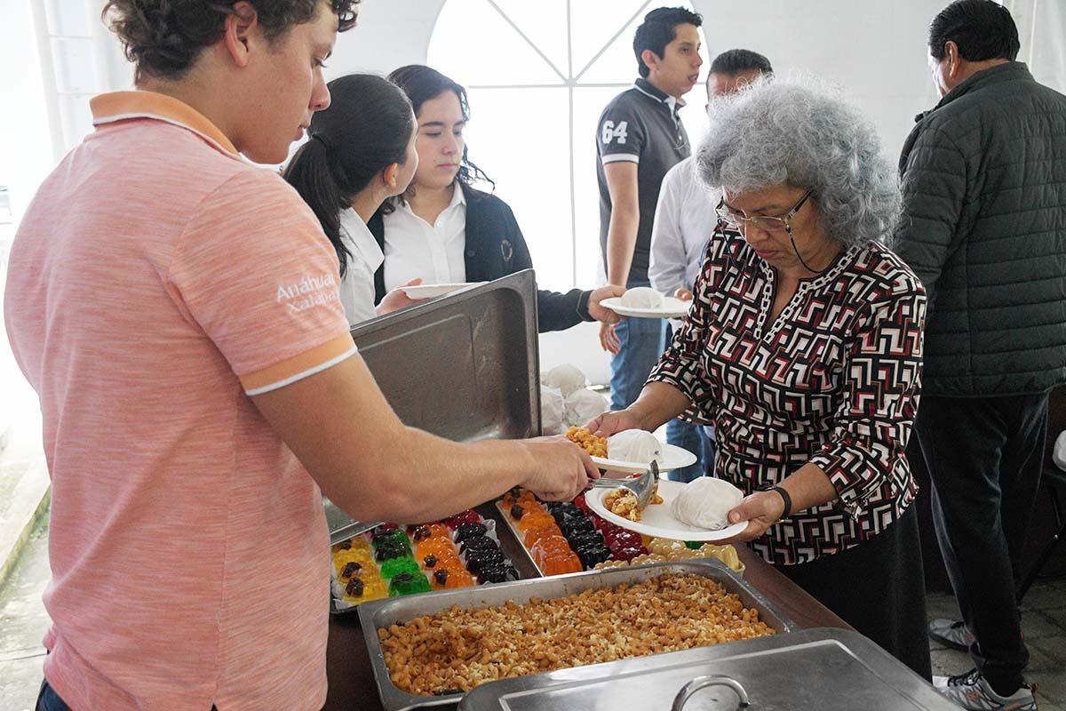 6 / 11 - Los miembros del grupo ASUA prepararon los alimentos.