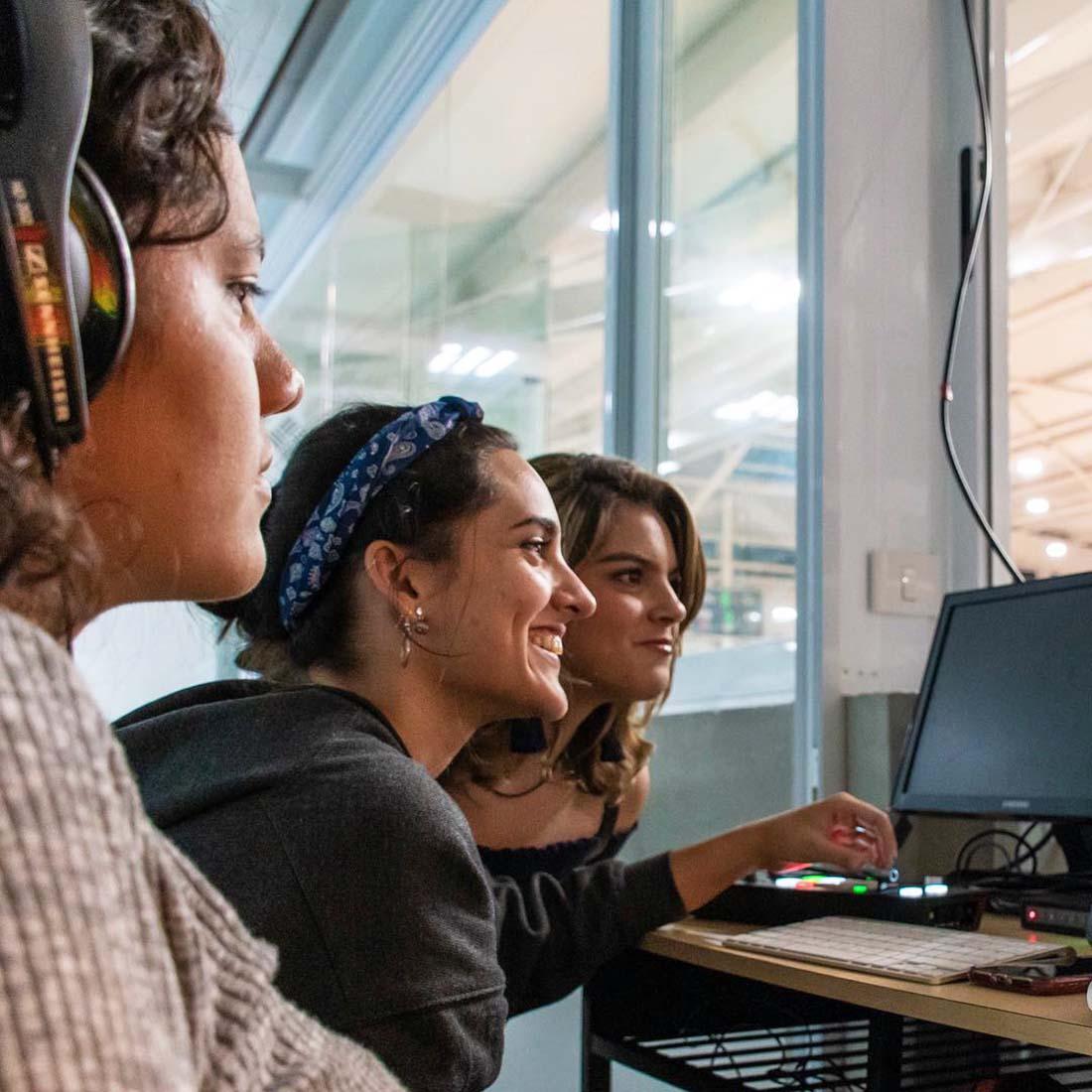 2 / 6 - Alumnos de la Escuela de Comunicación transmiten en vivo los partidos de ABE
