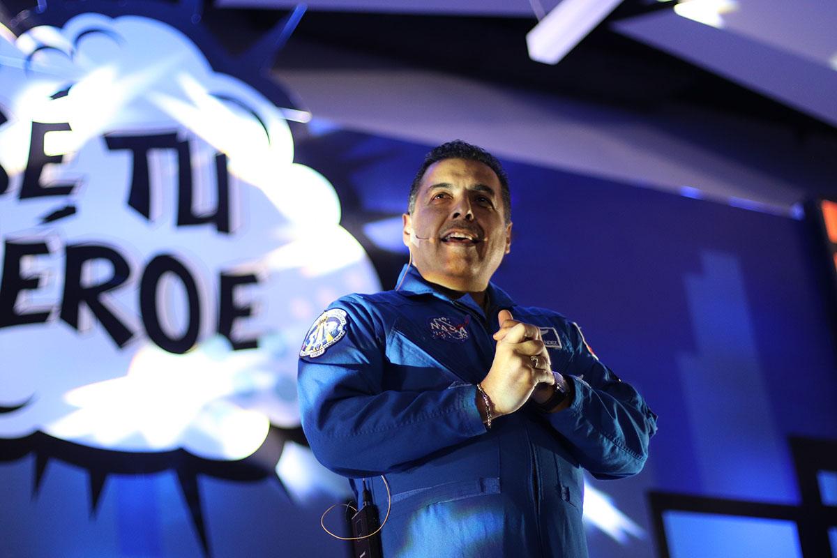 7 / 8 - José Hernández, astronauta mexicano de la misión 128 de la NASA.