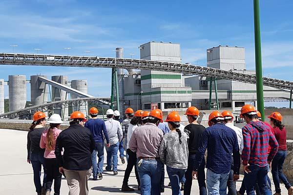 Alumnos de Ingeniería visitan la planta de Cementos Moctezuma