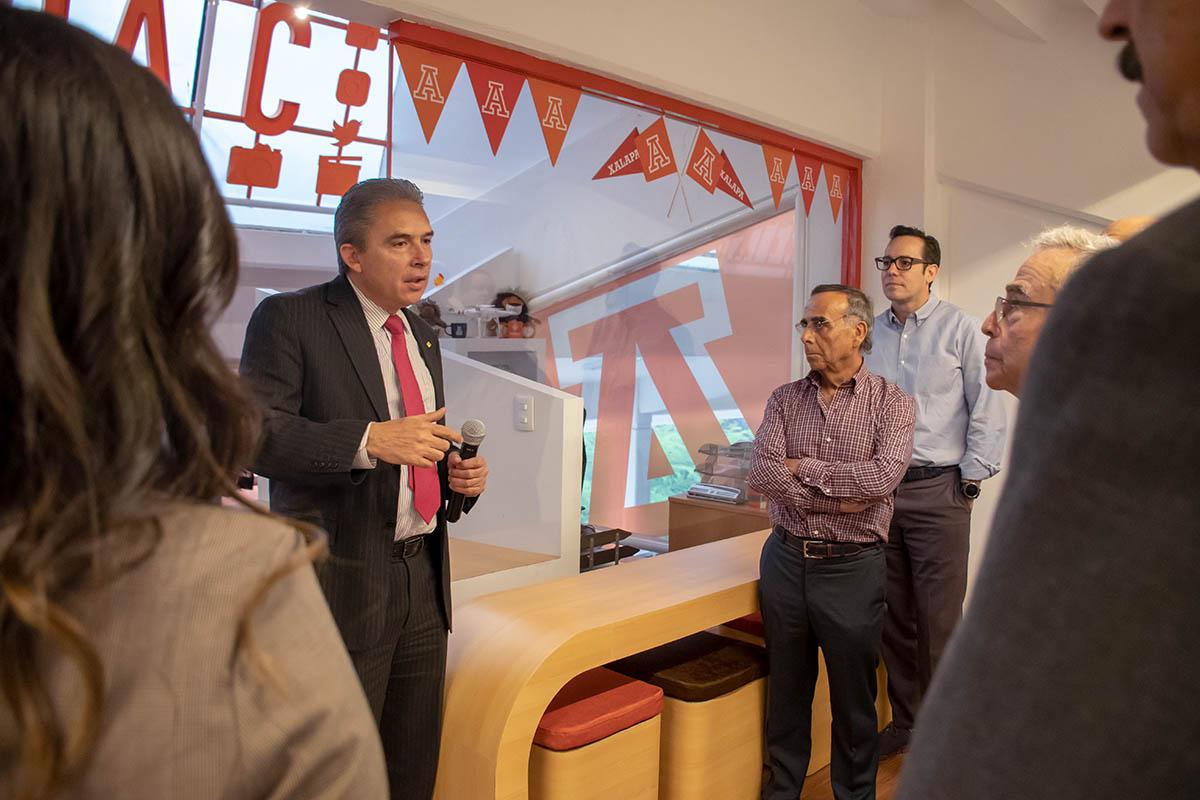 3 / 7 - Dr. Luis Linares Romero, Dr. Alfredo Chedraui y miembros del Patronato.