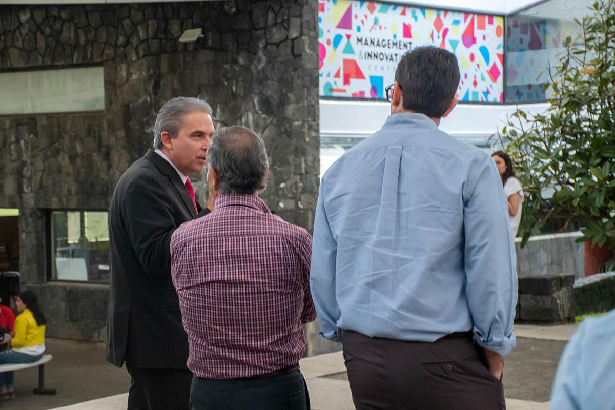 7 / 7 - Dr. Luis Linares Romero con miembros del honorable Patronato.