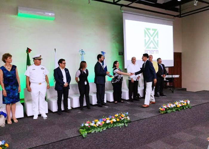 Hugo Castillo Virués recibe reconocimiento del Dr. Gerardo Tajonar Castro.