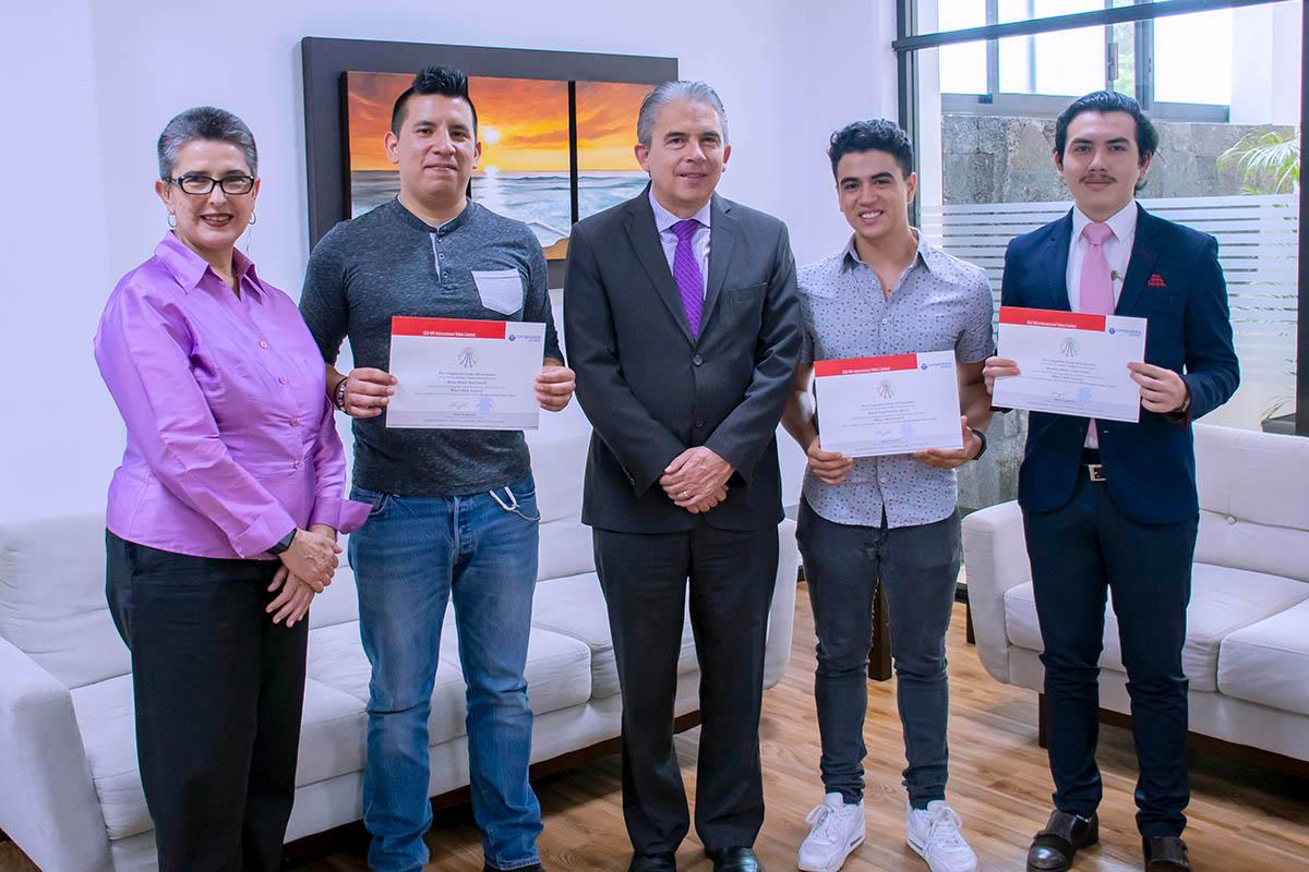 5 / 6 - Autoridades de la Universidad con los alumnos ganadores.
