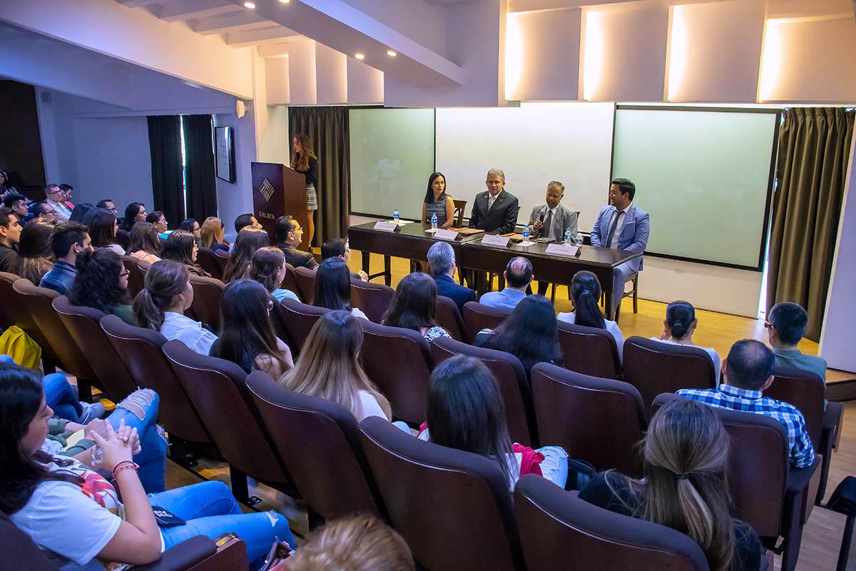 2 / 8 - Dr. Phani Tej Adidam ante la Comunidad Universitaria.