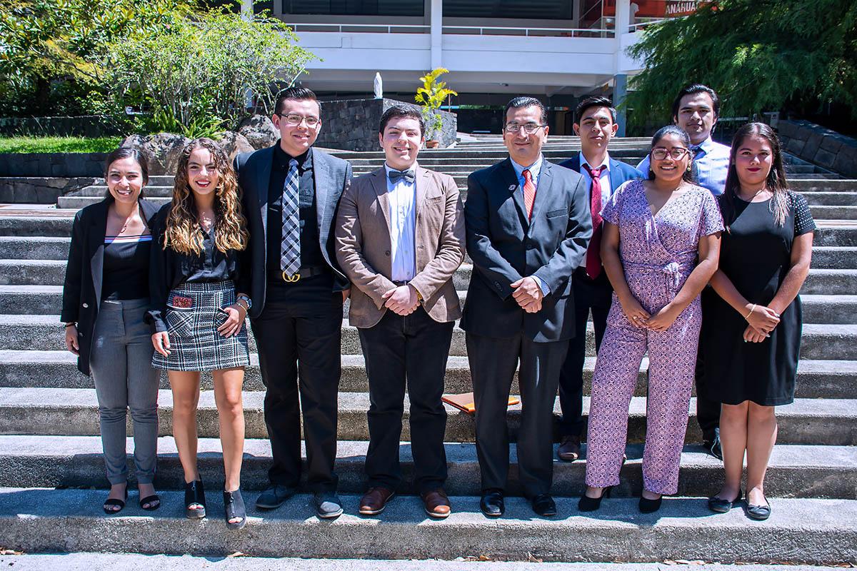 5 / 8 - Mtro. Omar Torres Fernández con alumnos de Economía y Negocios.
