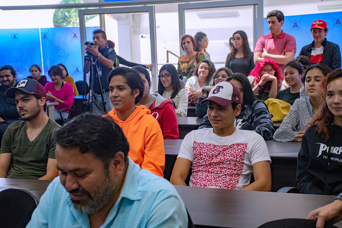 1 / 6 - Alumnos y profesores de la Escuela de Comunicación.