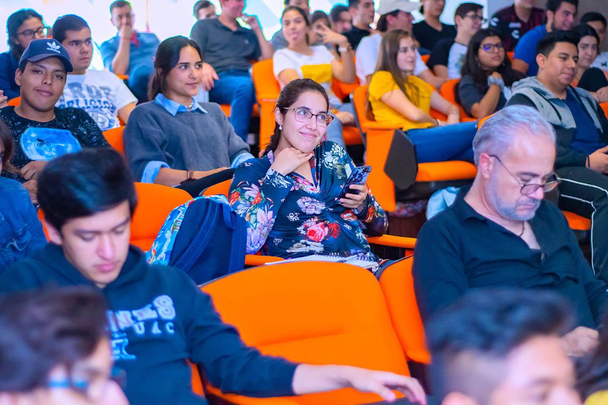 2 / 5 - La Escuela de Comunicación y Dirección de Empresas de Entretenimiento inicia la Serie «Plática con un Experto» con la presencia de Javier Brocado