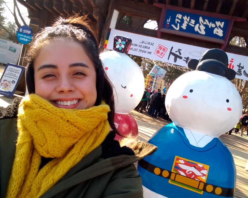 1 / 5 - Alumna de Empresas de Entretenimiento de Intercambio en Corea del Sur
