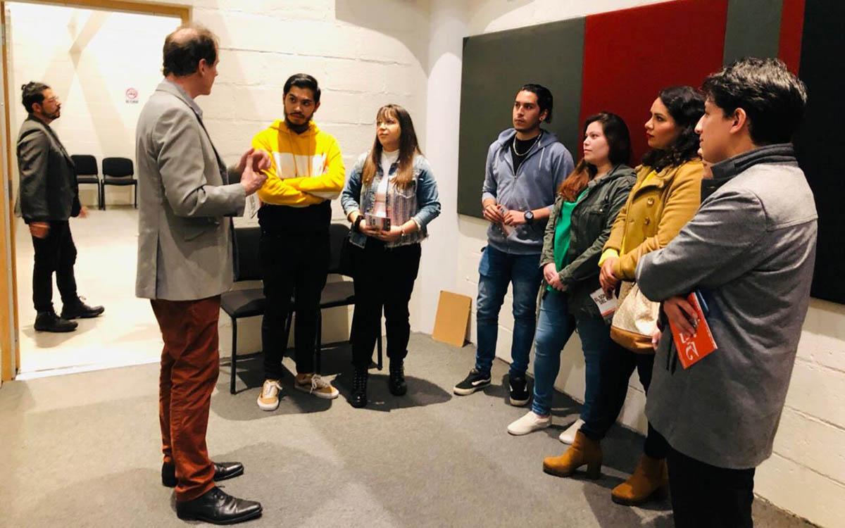 2 / 4 - Alumnos de Dirección de Empresas de Entretenimiento visitan el Backstage de la OSX